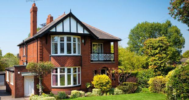 Как красиво и практично оформить пространство под лестницей загородного дома